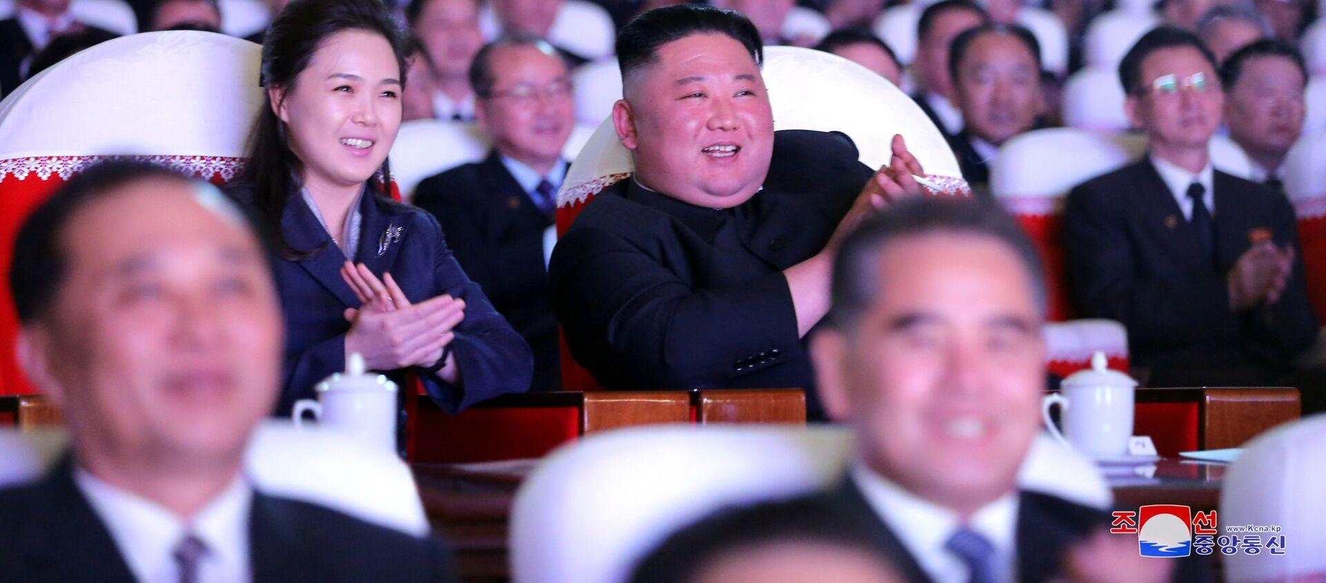 Severokorejský vůdce Kim Čong-un s manželkou Lee Seol-joo na hudebním představení věnovaném výročí Kim Čong-ila - Sputnik Česká republika, 1920, 14.03.2021