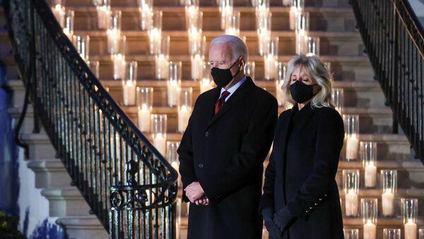 Americký prezident Joe Biden a jeho manželka Jill Bidenová se zúčastnili minutu ticha a ceremonie zapálení svíčky u příležitosti pochmurného milníku 500 000 úmrtí v USA na koronavirovou chorobu (covid-19) u Bílého domu ve Washingtonu, USA, 22. února 2021 - Sputnik Česká republika