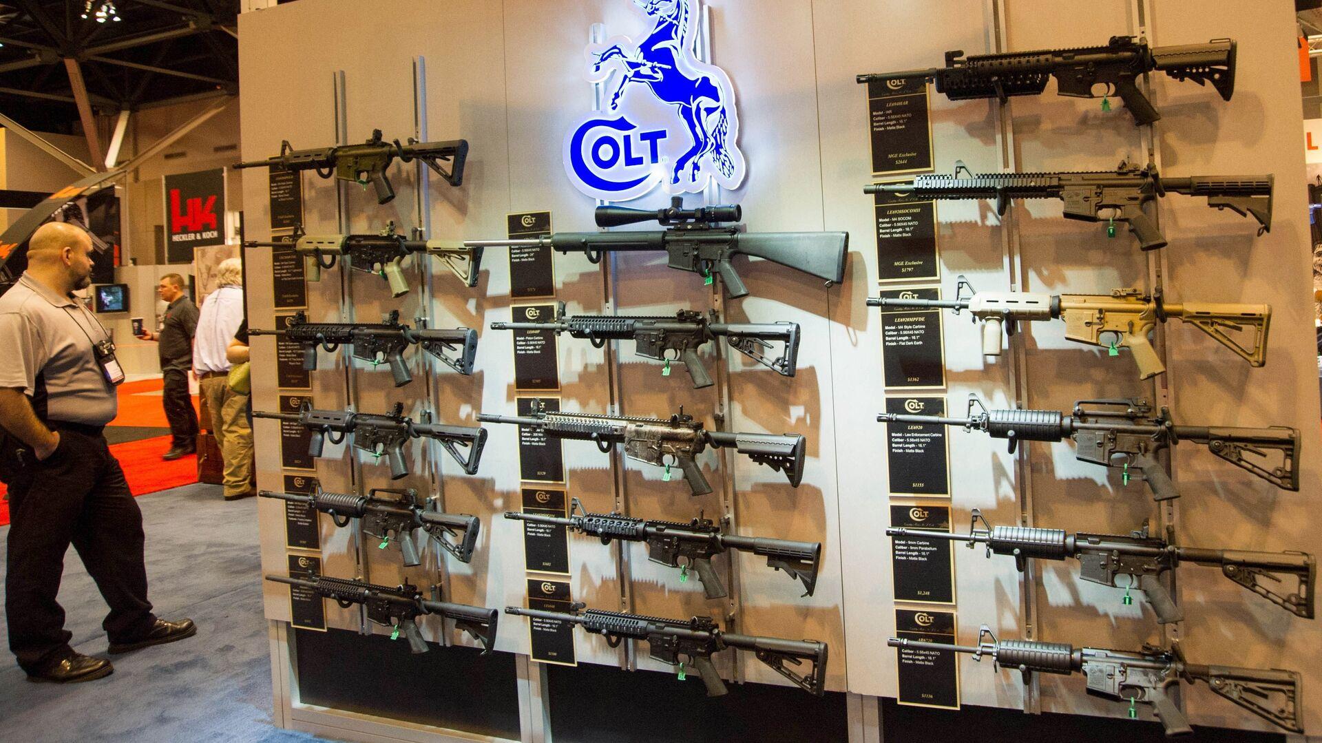 Stánek s karabiny Colt M4 v různých konfiguracích je vystaven na výroční výstavě Národní asociace střelců (NRA) 14. dubna 2012 v St. Louis, Missouri - Sputnik Česká republika, 1920, 24.02.2021