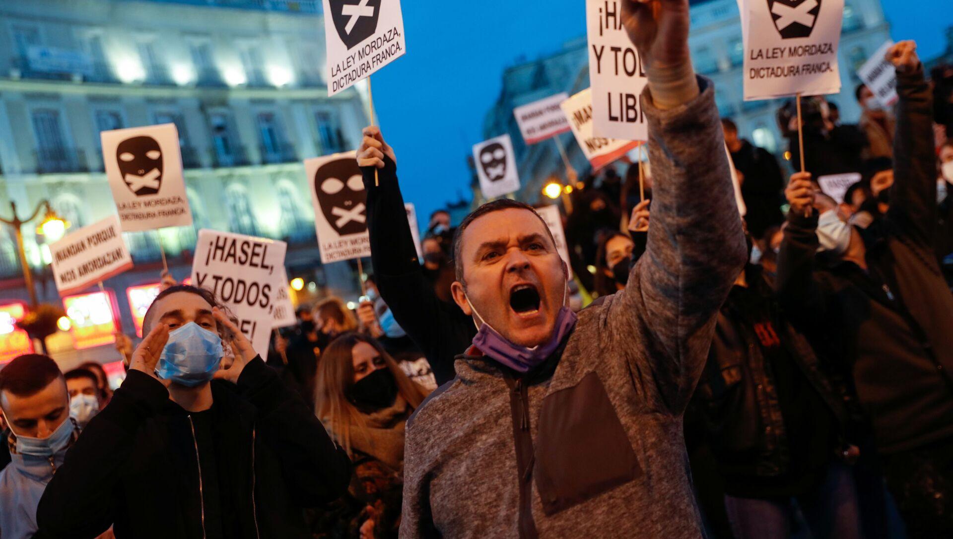 Příznivci rappera Pabla Hazela na protestu ve španělském Madridu - Sputnik Česká republika, 1920, 25.02.2021
