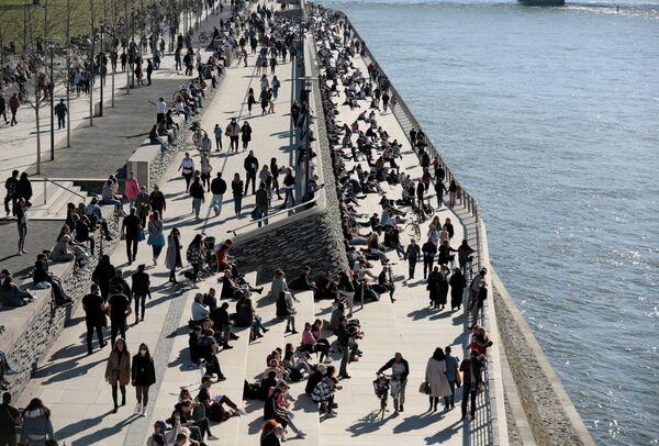 Lidé se procházejí podél břehu řeky v Kolíně nad Rýnem. - Sputnik Česká republika