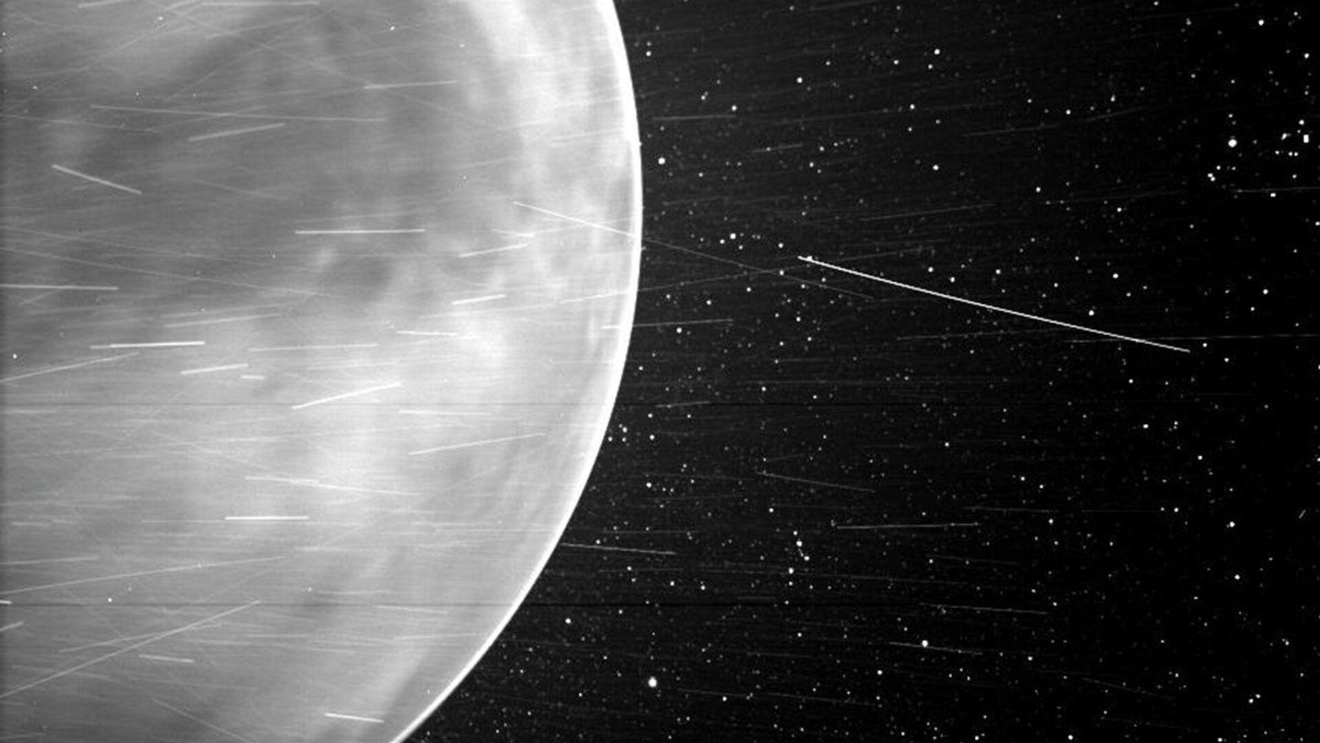 Během těsného průletu nad Venuší v červenci 2020 zachytila sluneční sonda Parker úchvatné výhledy na planetu a ukázala části jejího povrchu. Poprvé se podařilo zachytit na snímku noční záři v atmosféře Venuše. - Sputnik Česká republika, 1920, 25.02.2021