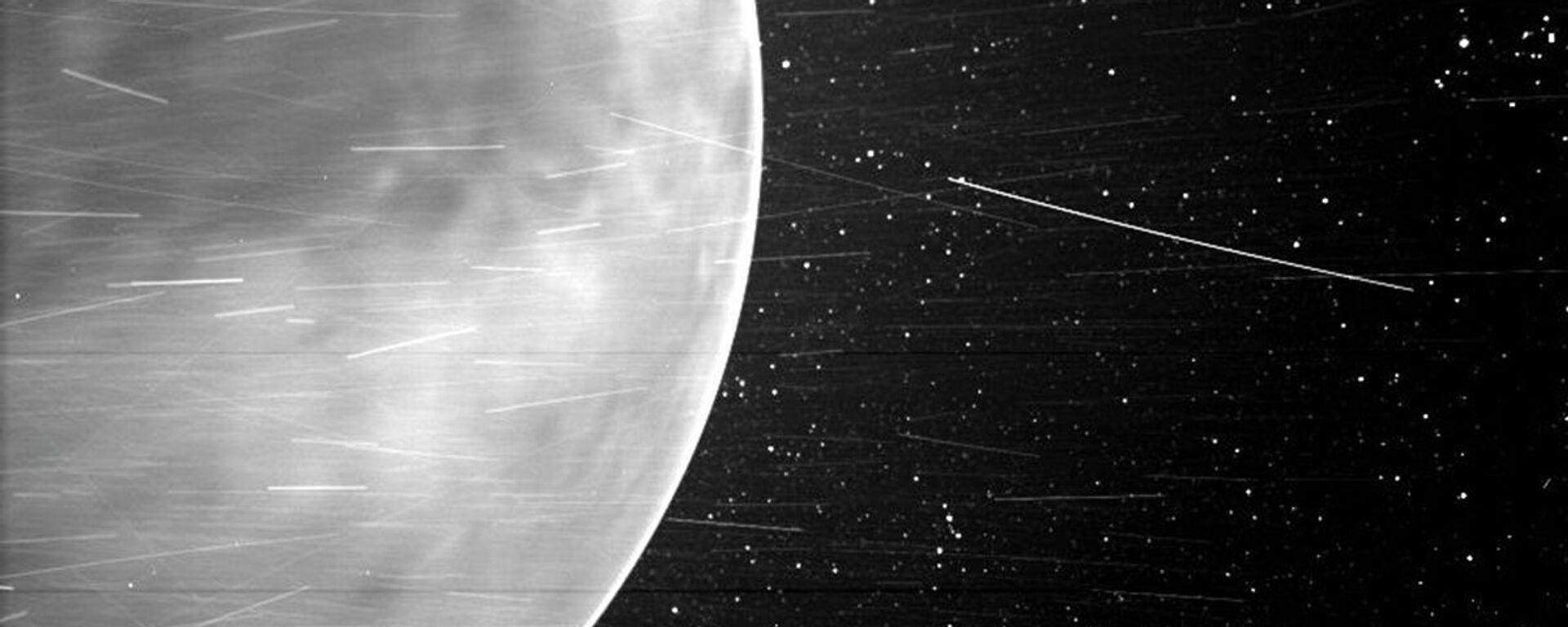 Během těsného průletu nad Venuší v červenci 2020 zachytila sluneční sonda Parker úchvatné výhledy na planetu a ukázala části jejího povrchu. Poprvé se podařilo zachytit na snímku noční záři v atmosféře Venuše. - Sputnik Česká republika, 1920, 19.04.2021