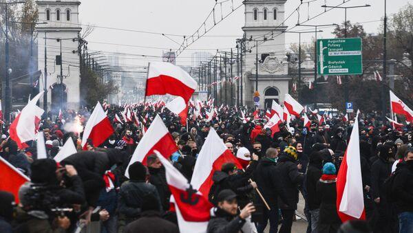 Účastníci tradičního pochodu ve Varšavě uspořádaného nacionalisty při příležitosti Dne nezávislosti Polska - Sputnik Česká republika