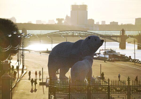 Postavy ledních medvědů v Centrálním parku kultury a odpočinku Gorkého v Moskvě. - Sputnik Česká republika