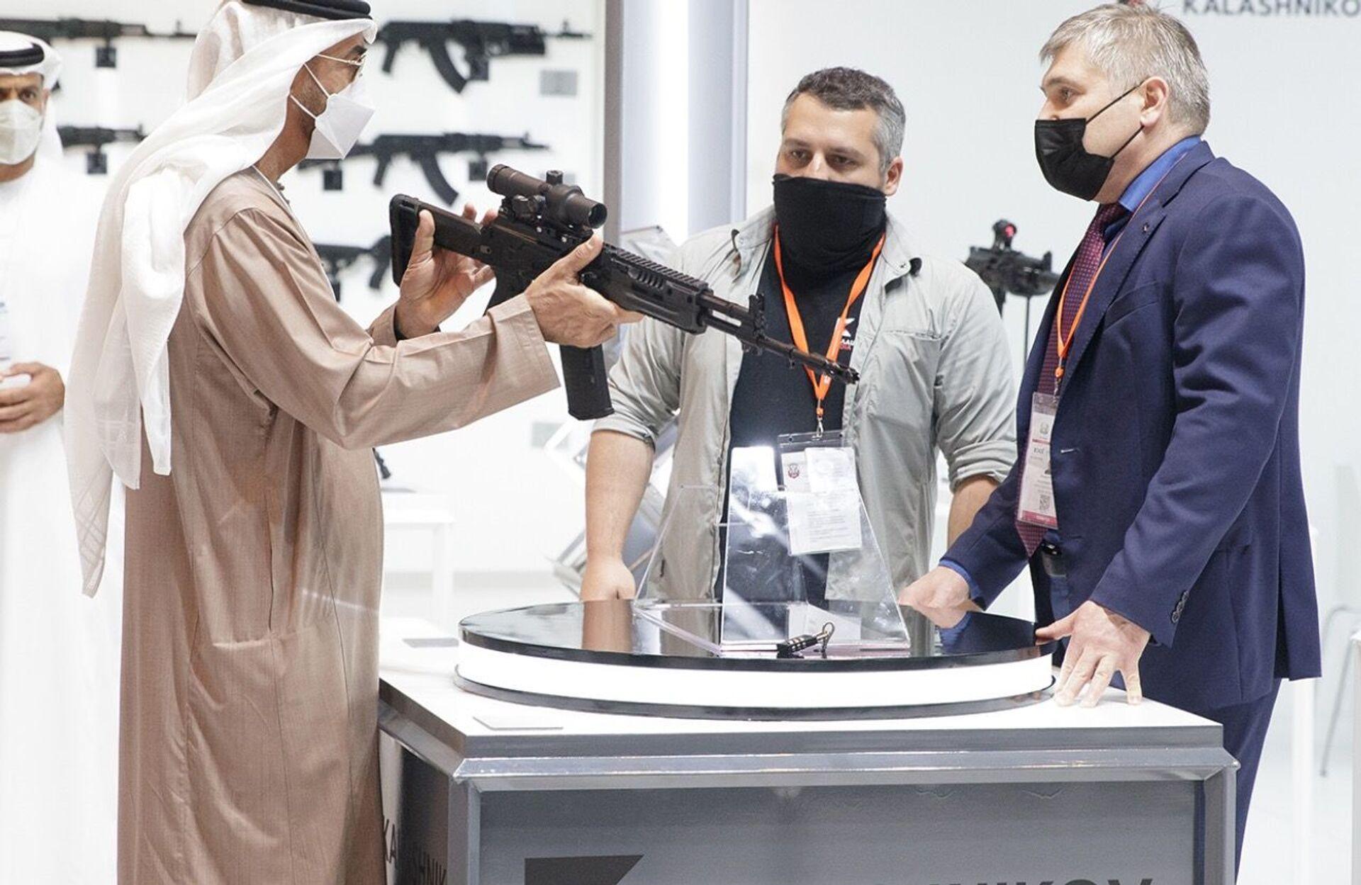 Korunní princ Abú Dhabí šejk Muhammad bin Zayed al-Nahyan zkoumá útočnou pušku AK-19 - Sputnik Česká republika, 1920, 20.04.2021