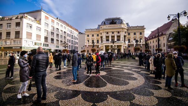 Lidé čekají na test na koronavirus v Bratislavě - Sputnik Česká republika