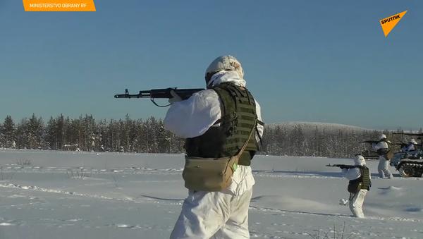 Ruské motorizované jednotky se v arktických podmínkách naučily obsazovat a ničit základny protivníka - Sputnik Česká republika
