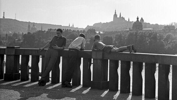 Pohled na Pražský hrad z nábřeží Vltavy v Praze, 1962 - Sputnik Česká republika