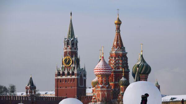 Chrám Vasila Blaženého a Spasská věž Kremlu - Sputnik Česká republika