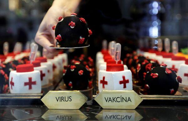Zákusky ve tvaru viru SARS-CoV-2 a vakcíny v kavárně v Praze.   - Sputnik Česká republika
