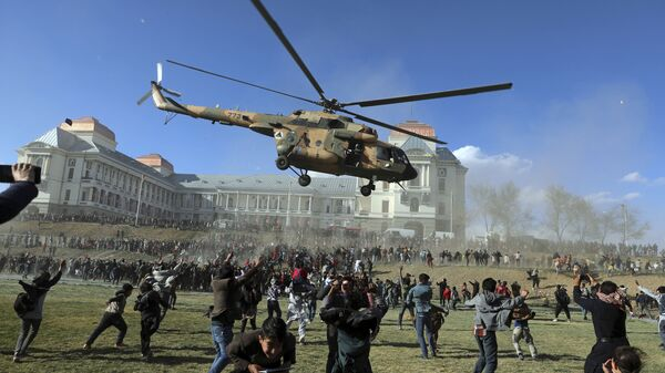 Военный вертолет во время выставки вооружения в Кабуле, Афганистан  - Sputnik Česká republika