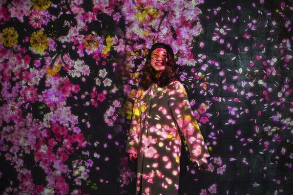 Dívka pózuje pro fotografy na výstavě Teamlab Borderless v Šanghaji - Sputnik Česká republika