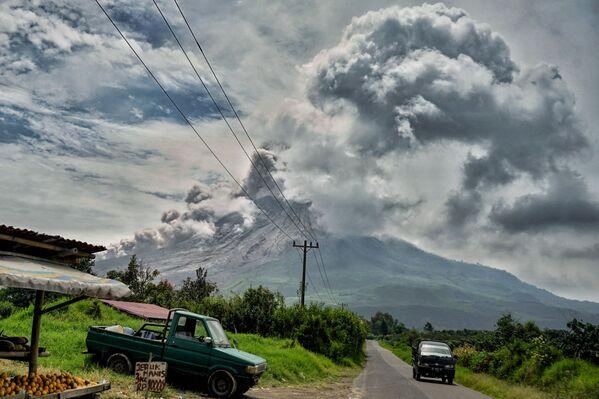 Erupce vulkánu Sinabung v Indonésii - Sputnik Česká republika