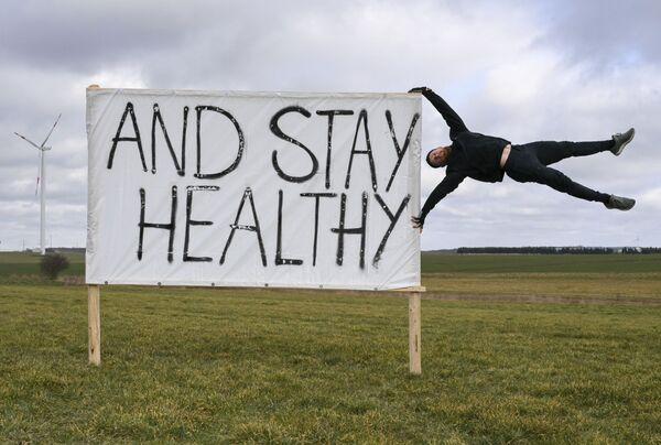 Muž protestuje proti pokračujícímu zavírání fitness center v Německu - Sputnik Česká republika