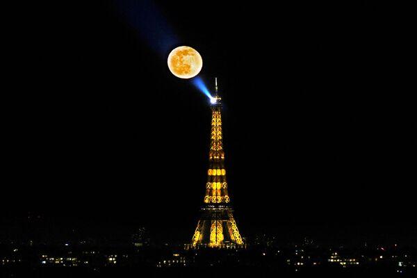 Měsíc na pozadí Eiffelovy věže v Paříži - Sputnik Česká republika