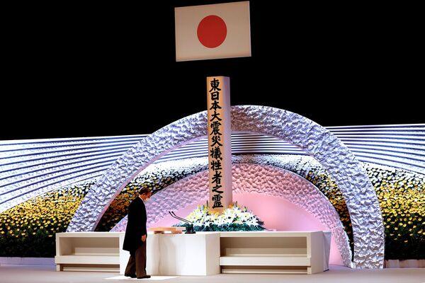 Japonský premiér Jošihide Suga během ceremonie na památku obětí zemětřesení r. 2011. - Sputnik Česká republika