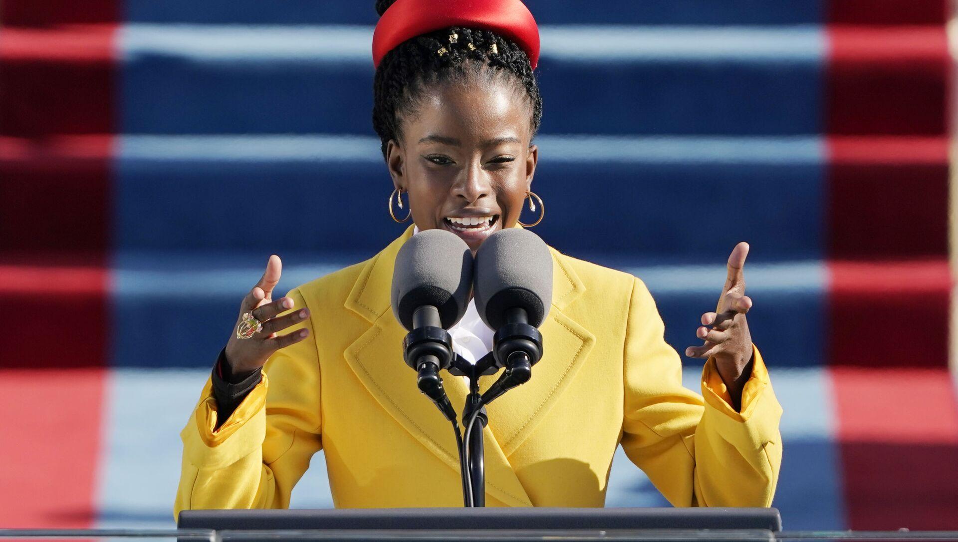 Аmerická básnířka Amanda Gormanová na inauguraci amerického prezidenta Joea Bidenea - Sputnik Česká republika, 1920, 13.03.2021