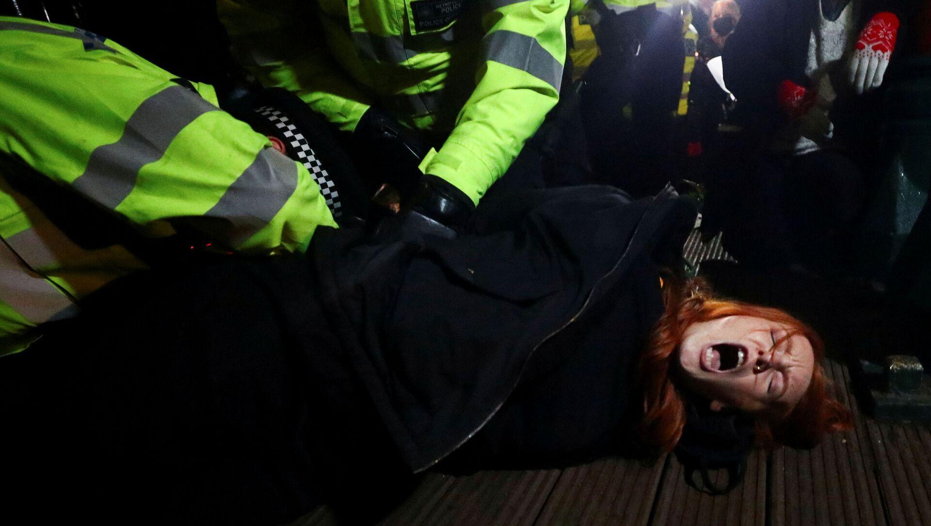 Během pietní akce za zavražděnou Sarah Everardovou, Londýn - Sputnik Česká republika, 1920, 14.03.2021