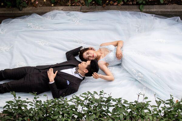 Pár během svatebního focení v Šanghaji.  - Sputnik Česká republika