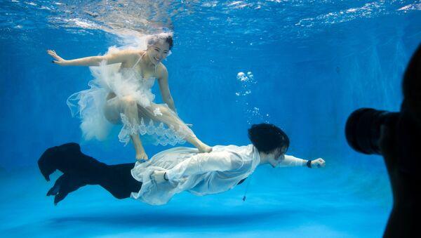 Молодожены позируют под водой для в Шанхае, Китай - Sputnik Česká republika