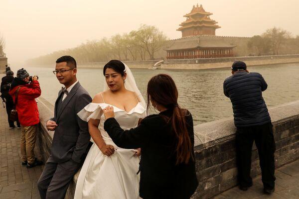 Svatební focení během písečné bouře v Pekingu .  - Sputnik Česká republika