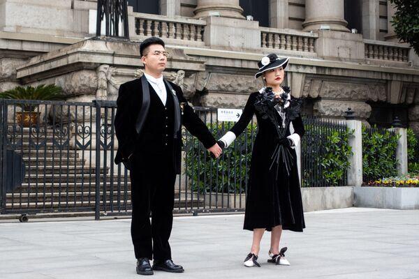 Novomanželé na ulici ve Wu-chanu. - Sputnik Česká republika