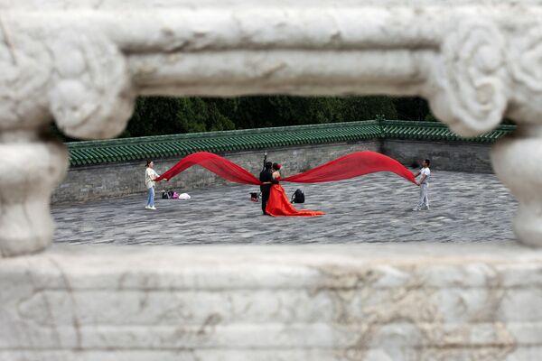 Pár během svatebního focení na náměstí před Chrámem nebes v Pekingu .  - Sputnik Česká republika
