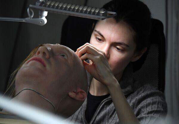 Alexandra Čegodajevová, zástupce ředitele úseku na Dálném východě Promobotu, pracuje s experimentálním vzorkem umělé kůže. - Sputnik Česká republika