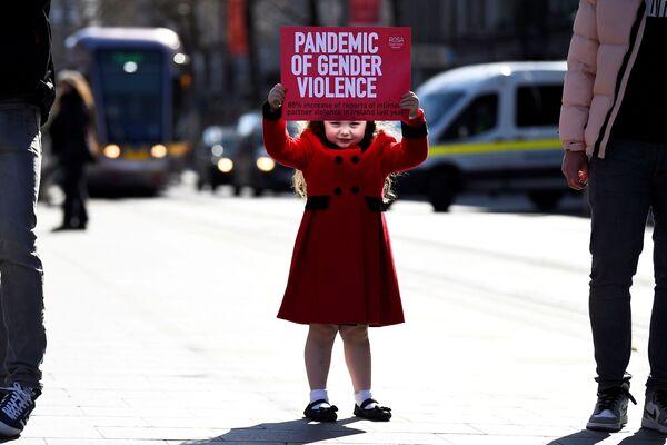 Čtyřletá dívka s plakátem na protest proti násilí v irském Dublinu. - Sputnik Česká republika