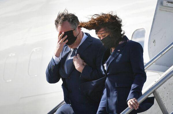 Americká viceprezidentka Kamala Harrisová s manželem Dougem Emhoffem vystupuje z letadla na letišti v americkém Los Angeles. - Sputnik Česká republika