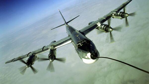 Vzdušné dotankování strategického bombardéru Tu-95MS. Ilustrační foto - Sputnik Česká republika