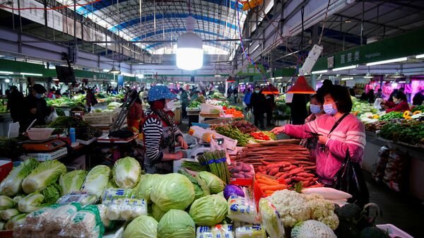 Люди на одном из рынков в Ухане - Sputnik Česká republika