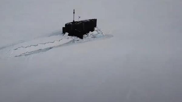 Poprvé v dějinách ruského námořnictva se v Arktidě zpod ledu vynořily tři atomové ponorky - Sputnik Česká republika
