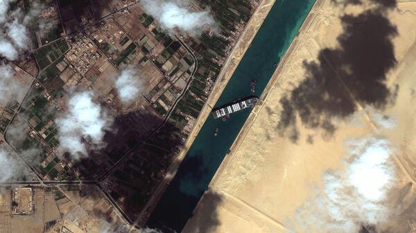 Pohled na kontejnerovou loď Ever Given v Suezském průplavu na satelitním snímku - Sputnik Česká republika
