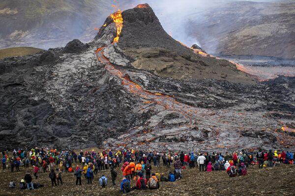 Lidé pozorují erupci sopky na Islandu. - Sputnik Česká republika