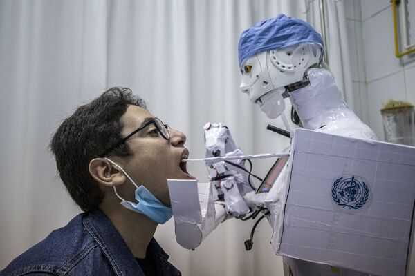 Robot testuje muže na koronavirus v jedné z egyptských nemocnic. - Sputnik Česká republika