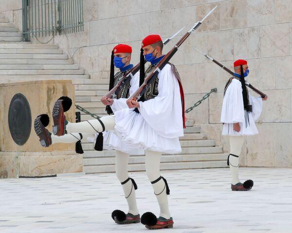 Čestná stráž Evzonů u hrobu Neznámého vojáka na náměstí Sintagma v Aténách. - Sputnik Česká republika