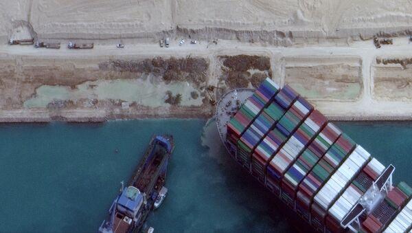 Uvízlá kontejnerová loď Ever Given na mělčině v Suezském průplavu - Sputnik Česká republika