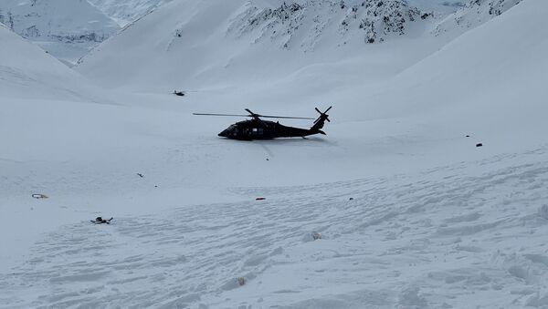 Vrtulník Aljašské Národní gardy poblíž místa, kde spadl vrtulník s Petrem Kellnerem u ledovce Knik - Sputnik Česká republika