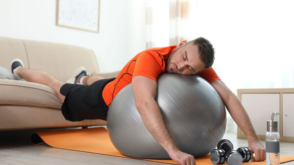 Спортсмен во время сна на мяче  - Sputnik Česká republika