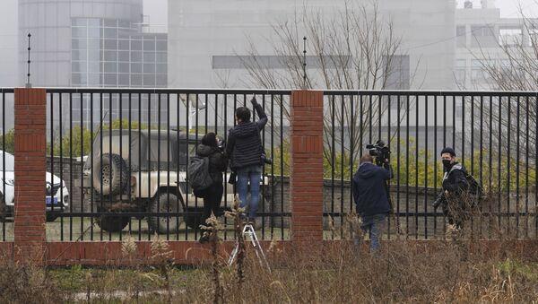 Novinaři vedle Wuhanského virologického institutu - Sputnik Česká republika