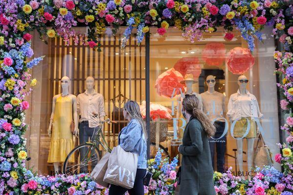 Potenciální zákazníci si prohlíží nové jarní kolekce představené ve výlohách obchodů na Manhattanu. - Sputnik Česká republika