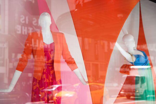 Výkladní skříň značky Macy v New Yorku se nese ve znamení jasných barev. - Sputnik Česká republika