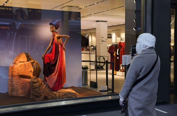 Muž fotí výlohu obchodu značky Zara v New Yorku - Sputnik Česká republika