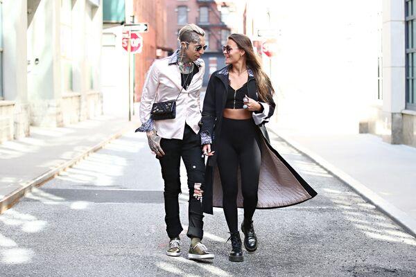 Model Chris Lavish a modelka Olya Smith se procházejí na ulici New Yorku oblečeni podle posledních módních trendů. - Sputnik Česká republika