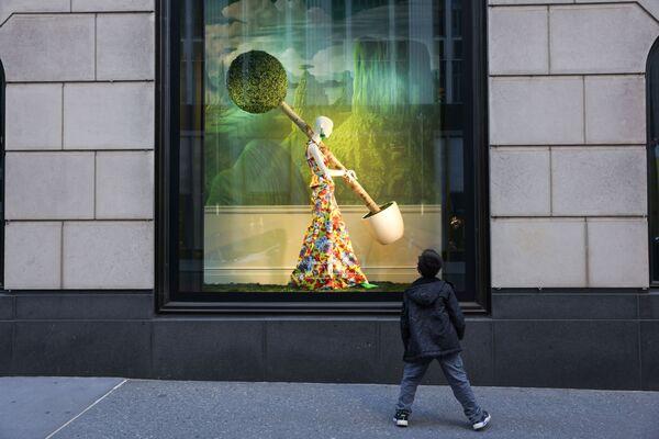 Malý chlapec se nemůže odtrhnout od lákavé výkladní skříně na Manhattanu v New Yorku. - Sputnik Česká republika