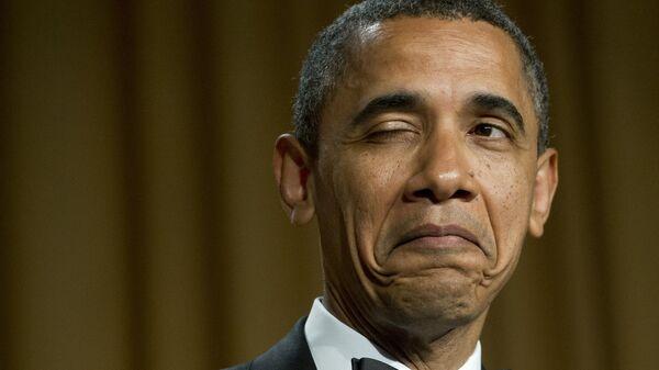 Президент США Барак Обама подмигивает, рассказывая анекдот о месте своего рождения во время ужина Ассоциации корреспондентов Белого дома в Вашингтоне, 2012 год  - Sputnik Česká republika