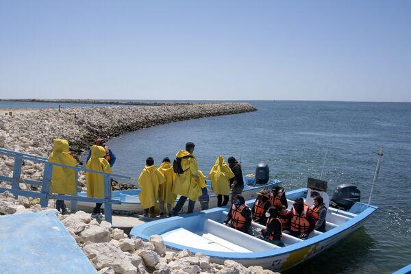 Turisté jsou připraveni vyrazit na prohlídku velryb v Mexiku.  - Sputnik Česká republika