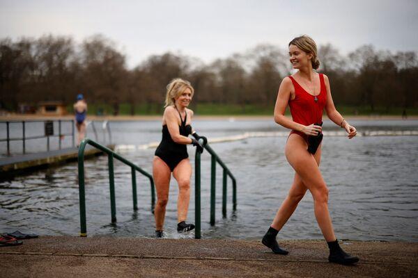 Ženy v plavkách po plavání v Serpentine Lido v londýnském Hyde Parku. - Sputnik Česká republika